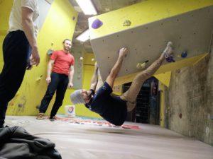 Maik bouldert im Überhang